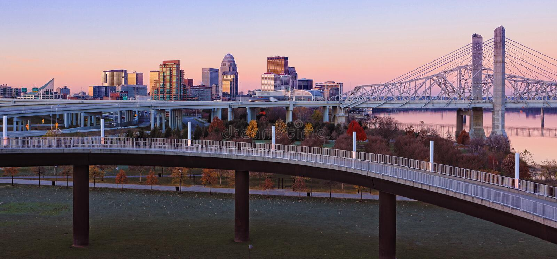 Panorama Louisville, Kentucky linia horyzontu przy świtem obraz stock