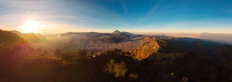 Panorama Luchtmening van Zonsopgang over de Berg Bromo actief v stock afbeelding