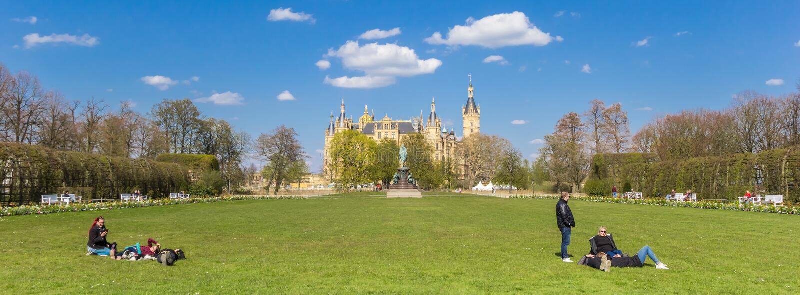 Panorama ludzie relaksuje w grodowym ogródzie Schwerin fotografia royalty free