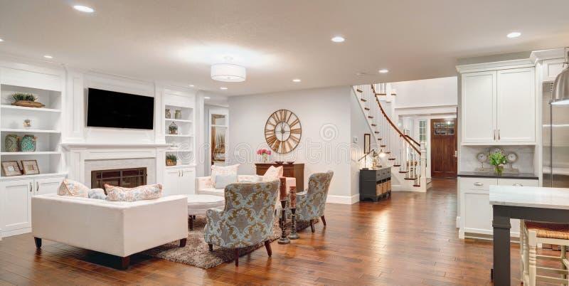 Panorama lujoso de la sala de estar fotografía de archivo