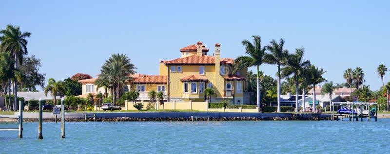 Panorama Luksusowy plażowy dom z łódkowatym dokiem obrazy stock