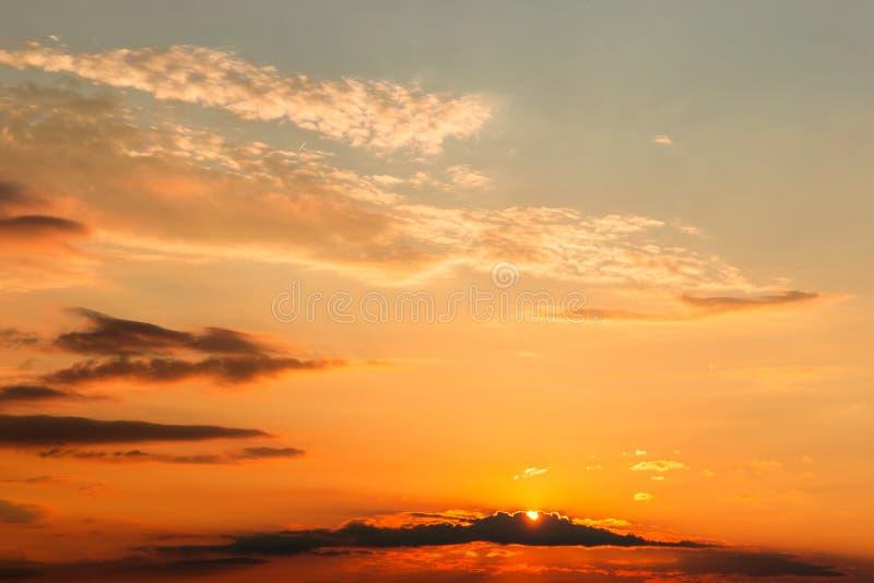 Panorama magnifique scénique du coucher du soleil fort avec des nuages sur le ciel orange photos libres de droits