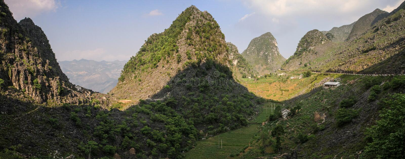 Panorama majestatyczne kras góry wokoło Meo Vac, brzęczenia Giang prowincja, Wietnam zdjęcie royalty free