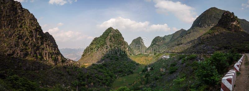 Panorama majestatyczne kras góry wokoło Meo Vac, brzęczenia Giang prowincja, Wietnam zdjęcia royalty free