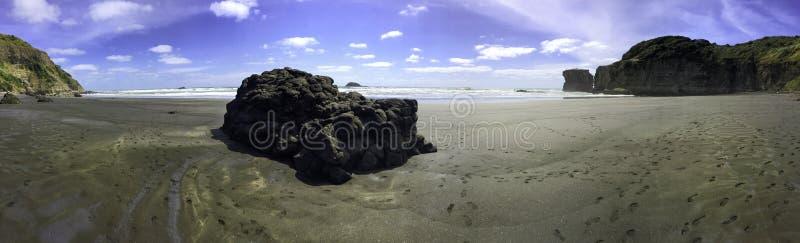Panorama maorí de la playa de la bahía de Muriwai foto de archivo