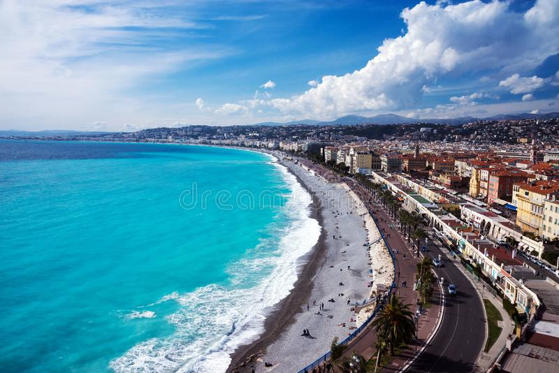 Panorama Mar dos azuis celestes, ondas, passeio ingl?s e descanso dos povos Resto e abrandamento pelo mar foto de stock