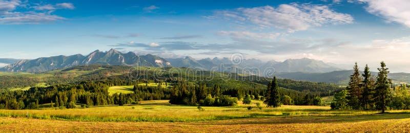 Panorama maravilloso de las montañas de Belianske Tatras en la puesta del sol en Polonia foto de archivo libre de regalías