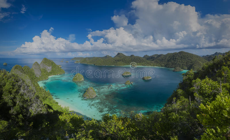 Panorama mariene reserve Raja Ampat in Nieuw-Guinea royalty-vrije stock afbeelding