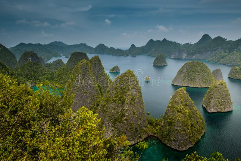 Panorama mariene reserve Raja Ampat in Nieuw-Guinea stock afbeelding