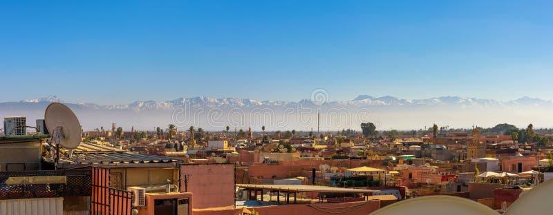 Panorama Marrakech miasta linia horyzontu z atlant g?rami w tle zdjęcie stock