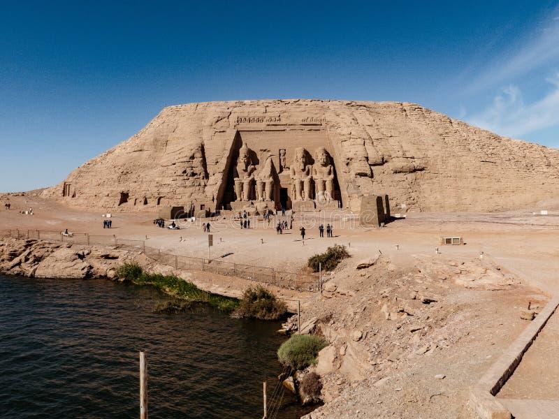 Panorama med den Abu Symbel templet och Nasser sjön framme royaltyfri bild
