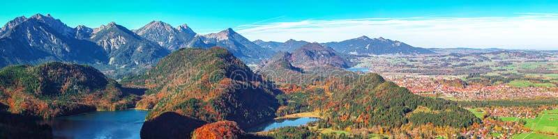 Panorama med toppvy i byn Alpsee och Schwangau på hösten fotografering för bildbyråer
