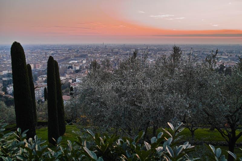 Panorama mediterrane stad door zonsondergang royalty-vrije stock afbeelding