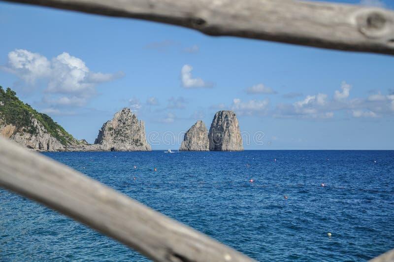Panorama meraviglioso del faraglioni di Capri, isola di Capri fotografia stock