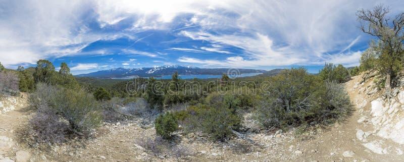 Panorama merveilleux de pointe de flèche de lac pris sur un long excu de hausse photos stock