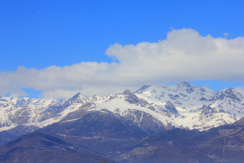 Panorama met bergen en wolken in de winter royalty-vrije stock fotografie