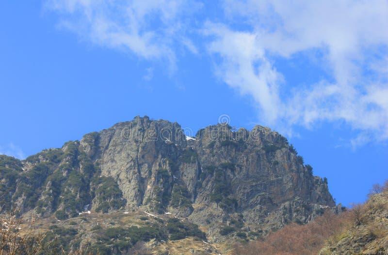 Panorama met bergen, rotsen en wolken stock fotografie