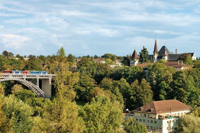 Panorama met Kirchenfeld-brugtram en Historisch Museum Bern stock fotografie