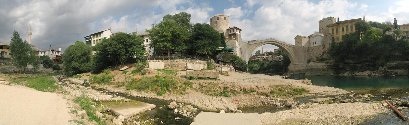 Panorama met oude brug in Mostat in Bosnia stock afbeelding