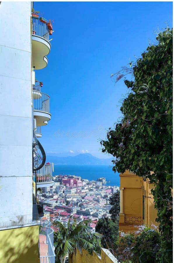 Panorama met stad en overzees tussen gebouwen royalty-vrije stock foto's