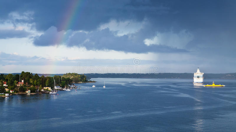 Panorama met witte cruisevoering in Oostzee stock foto