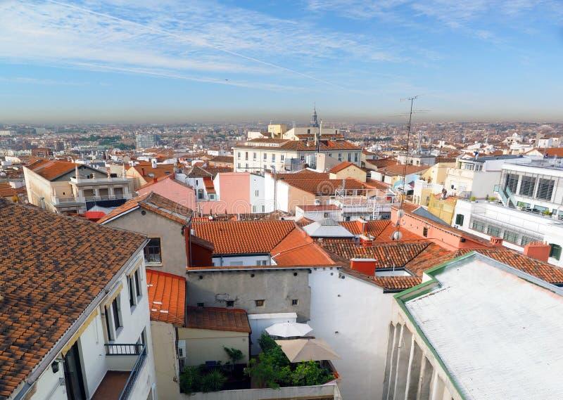 Panorama metropolita Madryt Hiszpania Europa dachówkowego dachu mieszkań własnościowych czerwoni biura i katedra zdjęcie stock