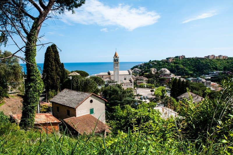 Panorama miasteczko Arenzano w Liguria i sławny kościelny ` Gesà ¹ Bambino Di Praga ` w tle fotografia stock