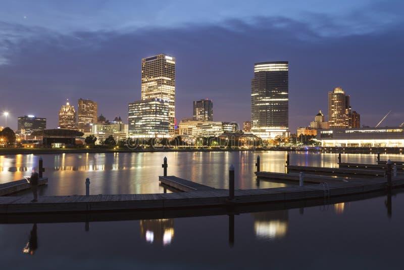 Panorama Milwaukee przy nocą zdjęcia stock