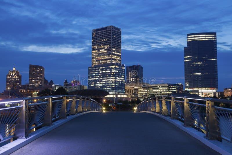 Panorama Milwaukee przy nocą zdjęcia royalty free