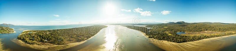 Panorama mit 360 Antennen von Swanwick-Bucht, Tasmanien stockfotografie