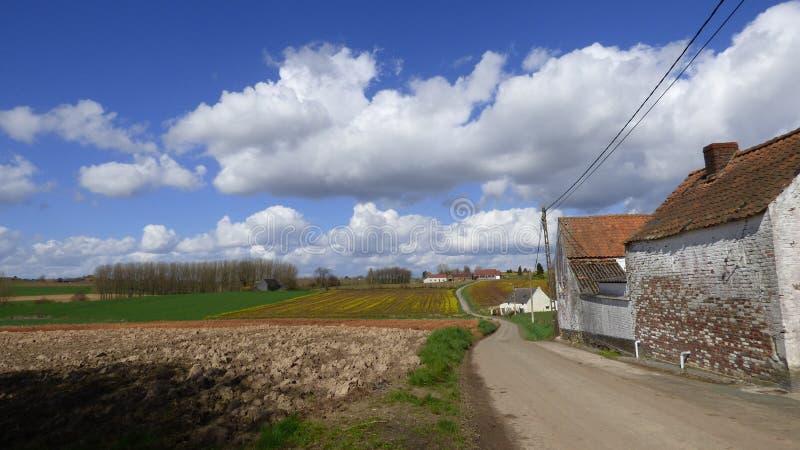 Panorama mit Bauernhof und Feldern stockfotografie