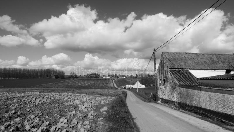 Panorama mit Bauernhof und Feldern lizenzfreie stockbilder
