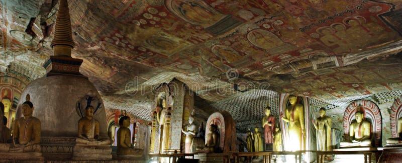 Panorama mit Buddha-Statue und Farbe in Dambulla höhlen Tempel aus stockbilder