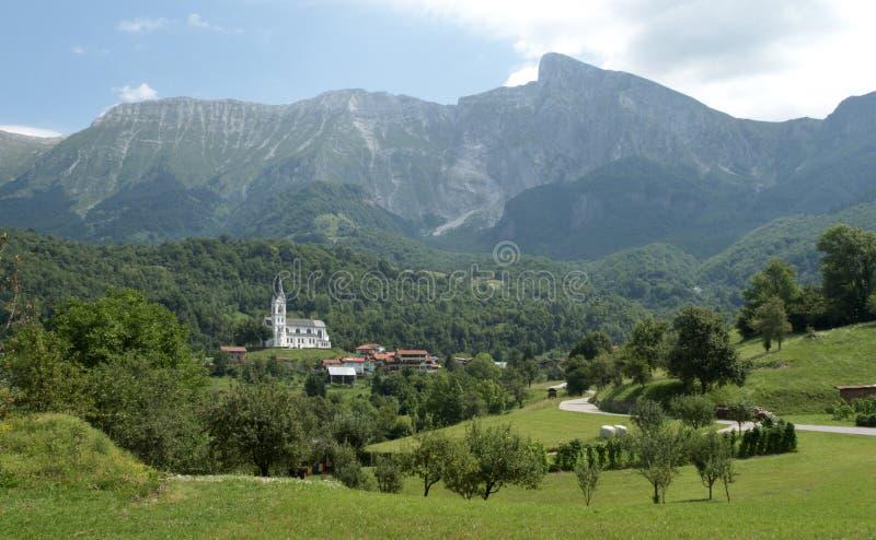 Panorama mit Dorf Drezniske Ravne unter dem Krn-Berg in Julian Alps in Slowenien stockfotografie