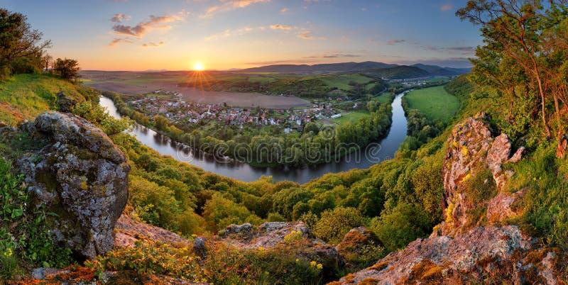 Panorama mit Fluss bei Sonnenuntergang im Berg stockbilder