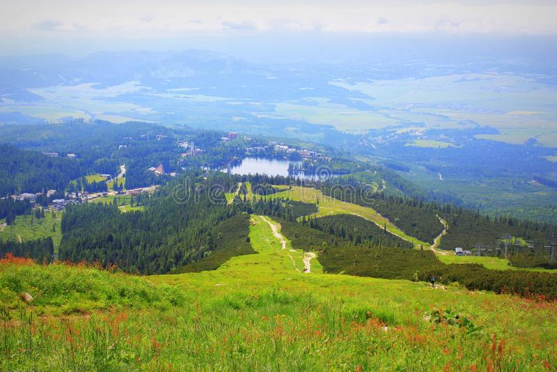 Panorama mit Gebirgssee in hohem Tatra, Slowakei, Europa lizenzfreies stockbild