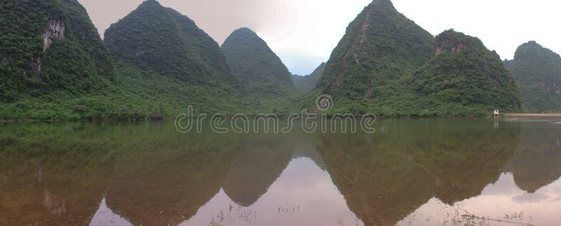 Panorama mit grünen Hügeln in Yangshuo, China stockbilder