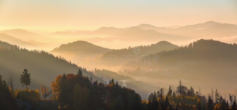 Panorama mit interessantem Sonnenaufgang erleuchtet Umgebungen Landschaft mit schönen Bergen, Wälder bedeckt mit Morgennebel lizenzfreies stockbild
