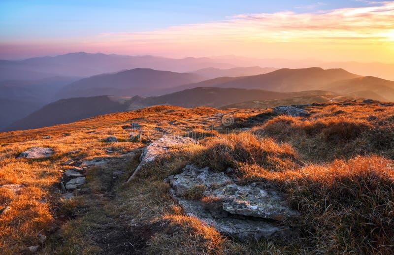 Panorama mit interessantem Sonnenaufgang erleuchtet Umgebungen Landschaft mit sch?nen Bergen und Steinen Fantastische Herbstlands lizenzfreies stockbild