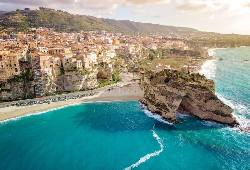 Panorama mit schöner italienischer Stadt Tropea lizenzfreie stockfotos