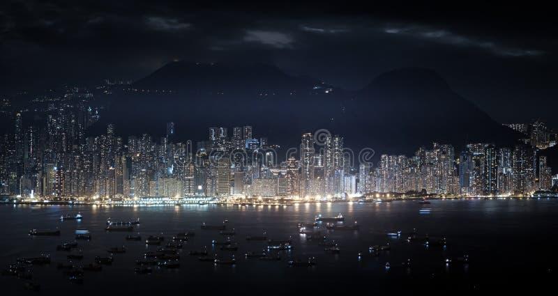 Panorama moderno de la metrópoli en la noche Altos rascacielos de Hong Ko foto de archivo libre de regalías