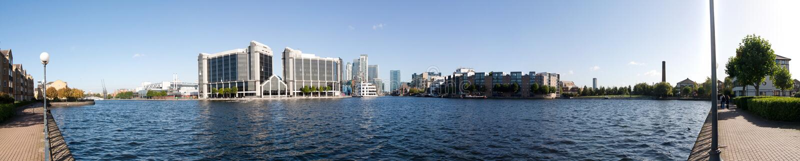 Panorama moderno delle costruzioni sul fiume a Londra fotografia stock libera da diritti