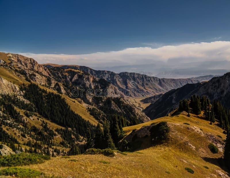 Panorama- Moldo-Ashuu passerandeaka Ak Tala nära Kurtka, Naryn kyrgyzstan fotografering för bildbyråer