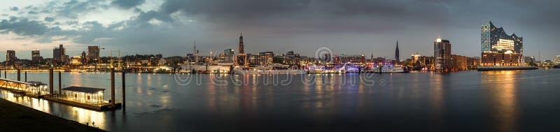 Panorama molto grande di Amburgo nella sera fotografia stock
