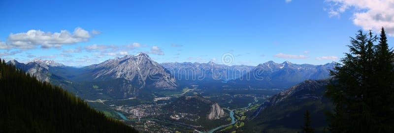 Panorama: Mooie stad van banff in banff nationalpark royalty-vrije stock foto