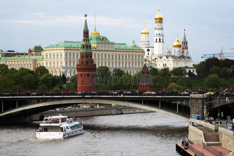 Panorama Moskau-Kremlin Kreuzschiffsegel auf dem Fluss lizenzfreie stockfotos
