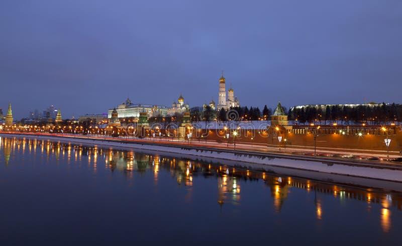 Panorama Moskwa Kremlin w zimy nocy fotografia stock