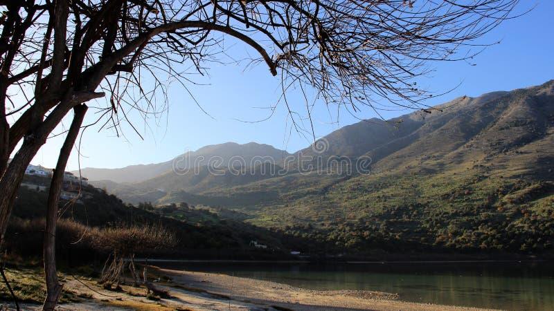 Panorama Mountain View con il piccolo lago nature La Grecia immagini stock libere da diritti