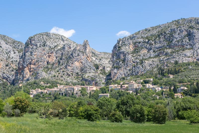 Panorama Moustiers-Sainte-Marie w Provence, Francja zdjęcia royalty free