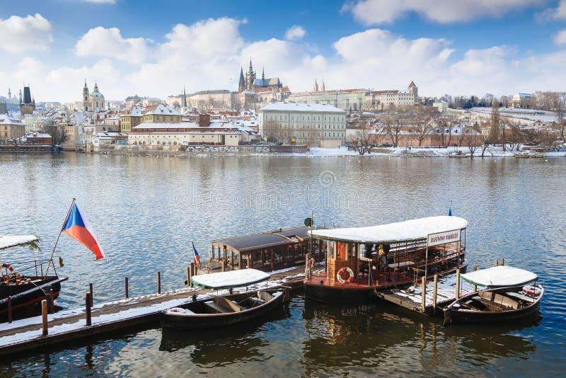 Panorama na Praga kasztelu Vltava z lokalną prom porcją jako transport publiczny i rzece zdjęcie royalty free